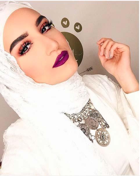 Comment Mettre Le Collier de Perles Avec Le Hijab3