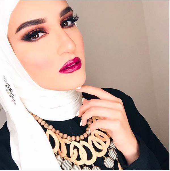 Comment Mettre Le Collier de Perles Avec Le Hijab4