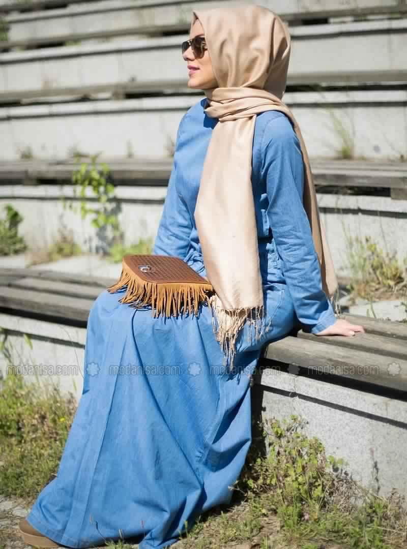 Hijab Mode   Comment Porter La Robe en Jean Avec Le Hijab - astuces ... e8058d312653