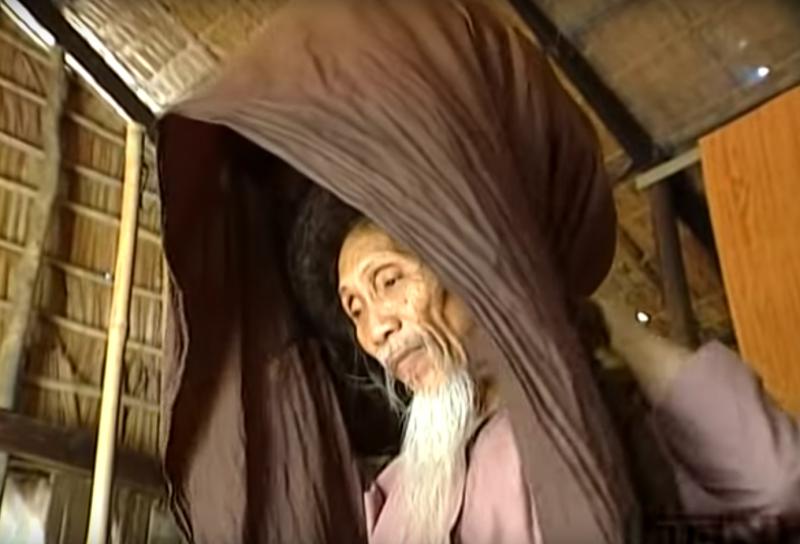 sa-femme-lui-retire-le-foulard-de-la-tete1