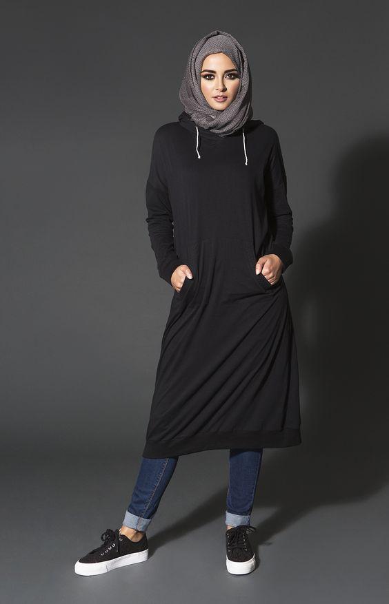 Sa Robe Longue Avec La Hijab