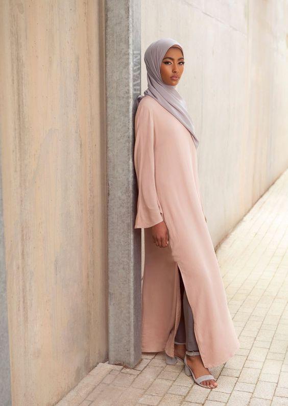Sa Robe Longue Avec La Hijab1
